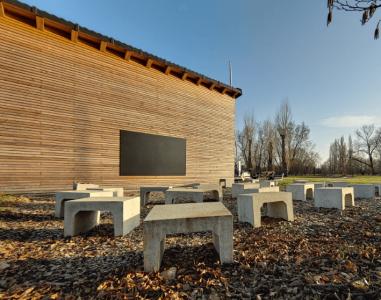 Grünes Klassenzimmer für Theorieunterricht im Freien